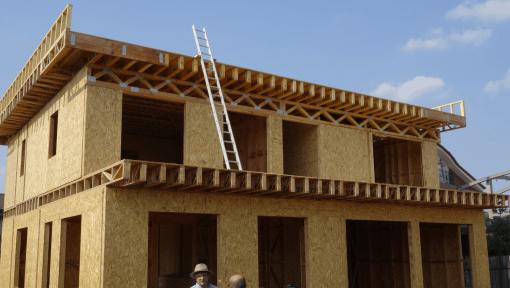 casa din lemn cu grinzi metalice