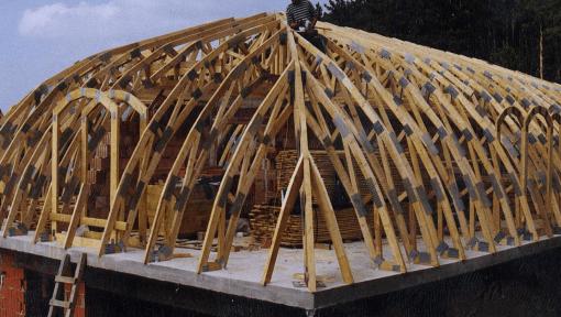 mansarda din lemn cu ferme arc asamblate cu placi multicui