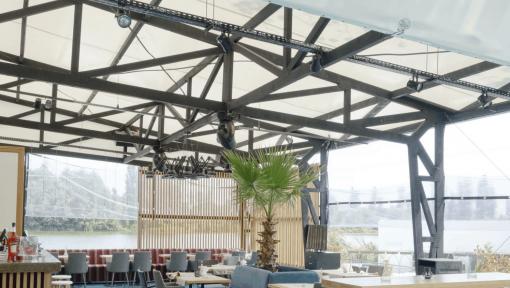terasa restaurant din grinzi de lemn cu zabrele metalice
