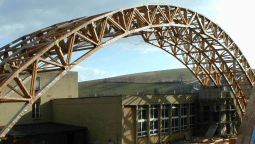 sarpanta sala cu ferme prefabricate tip arc